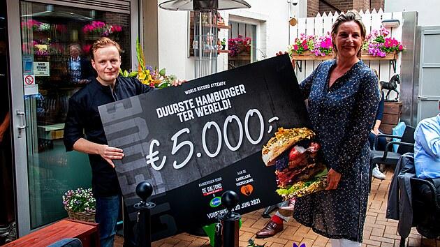 Holandská restaurace De Dalltons nabízí pod názvem The Golden Boy nejdražší hamburger na světě.