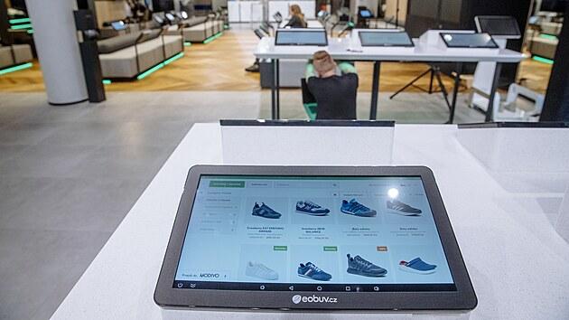 Koncept prodejny je postavenı na online či elektronickém vıběru obuvi a oblečení a následném vyzkoušení v obchodě.
