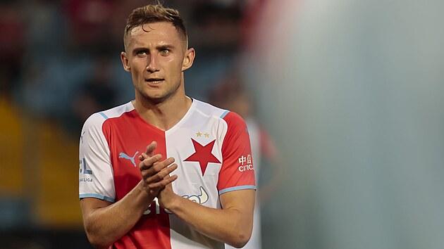 Slávistickı útočník Jan Kuchta si vychutnává potlesk fanoušků ve Zlíně, kde jedinım gólem duel rozhodl.