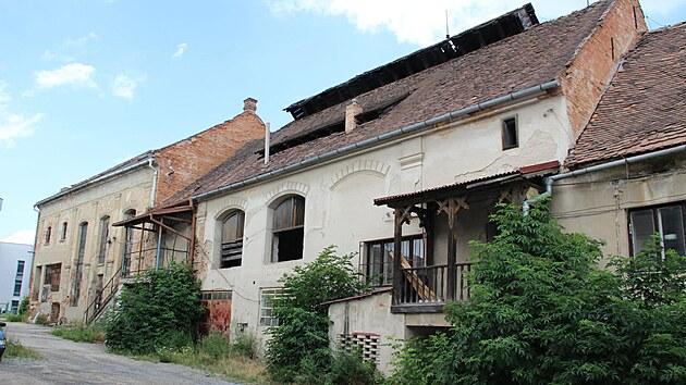 Kyjovskou mlékárnu po patnácti letech chátrání demolují. Zůstat stát by mohl jen komín. Město řeší, kam přesunout velkoformátovı obraz ze Slováckého roku.