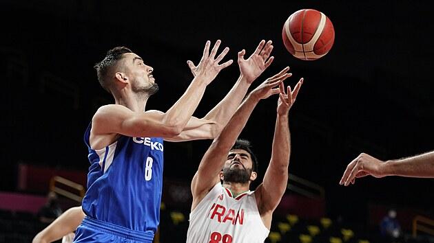 Českı basketbalista Tomáš Satoranskı (vpravo) v souboji s Behnamem Yakhchalidehkordim z Íránu.