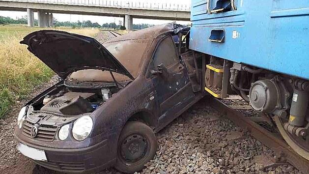 Nárazník nákladního vlaku doslova probodl zadní část vozu.