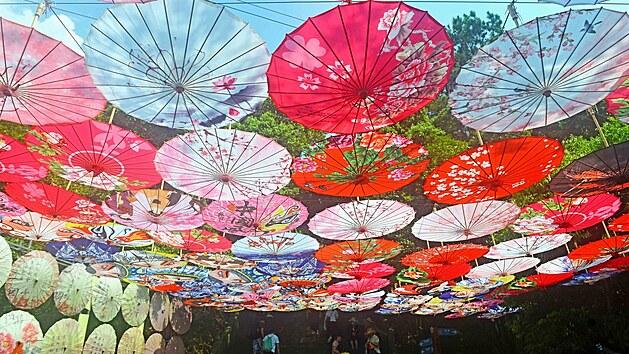Papír má v Číně obrovskou tradici. Dělají se z něj typické vějíře, slunečníky, lampiony, draci i loutky...