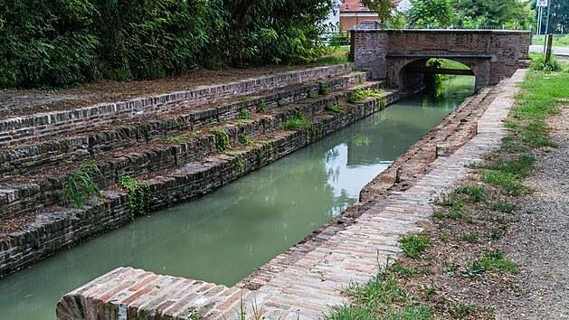 Staré schody u Mostu pradlen, v Lugo v italské provincii Emilia Romagna