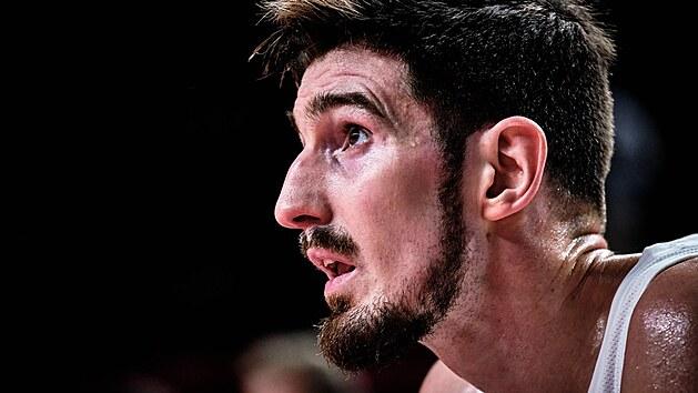 Francouzskı basketbalovı střelec Nando De Colo během utkání s Američany