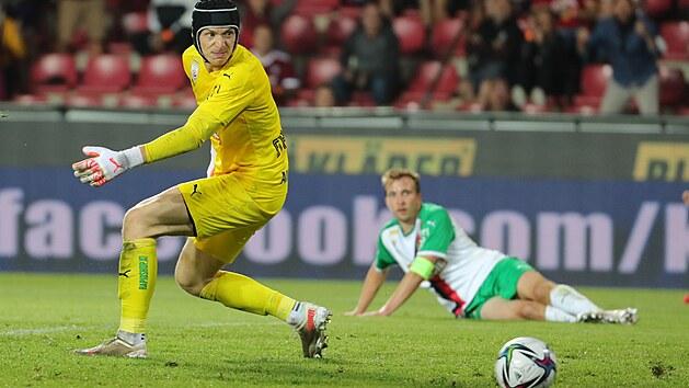 Richard Strebinger, gólman Rapidu Vídeň, inkasuje druhı gól v zápase se Spartou v Praze.