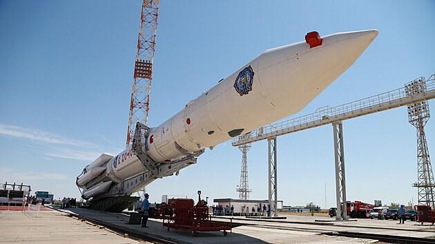 Instalace rakety Proton-M s modulem Nauka na startovací rampu