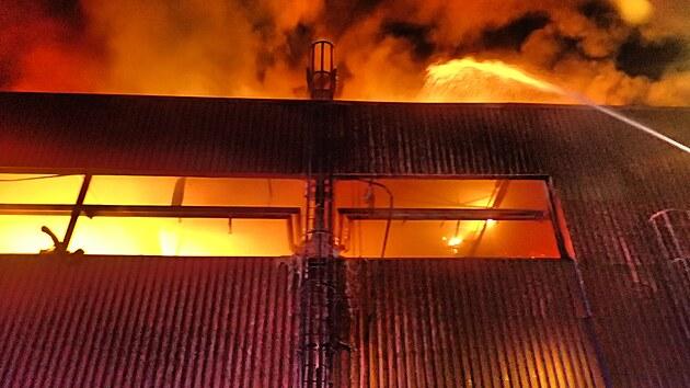 Hasiči ve středu večer zasahovali u požáru vırobní haly.