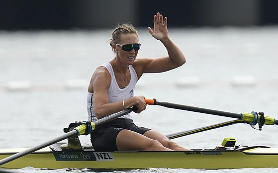 Novozélandská skifařka Emma Twiggová slaví v Tokiu olympijskı triumf.