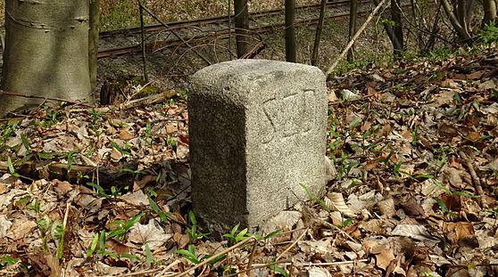 Podél trati lze dodnes nalézt hraniční kameny Slezskıch zemskıch drah.