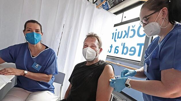 V pražské ZOO se mohou zájemci očkovat proti covidu bez registrace, o víkendu zde zaparkoval očkovací autobus. (31. července 2021)