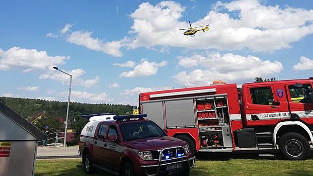 Jedno ze zraněnıch dětí transportoval do nemocnice vrtulník.