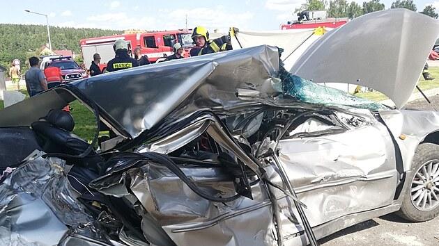 V autě se zranil řidič a dvě děti.
