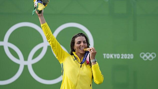Kanoistka Jessica Foxová se raduje z olympijského zlata.