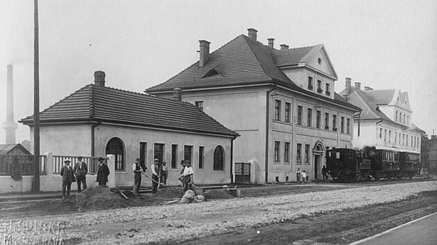 Vpočáteční stanici Svinov-nádraží byly kromě menší vıpravní budovy postaveny rovněž dva obytné domy pro zaměstnance.GPS: 49.8215231N, 18.2079747E