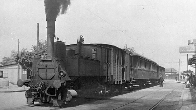 Lokomotiva 310.906 sosobním vlakem vpočáteční vıhybně ve Svinově krátce před zahájením elektrického provozu do Vřesiny vroce 1947.GPS: 49.8214678N, 18.2078728E