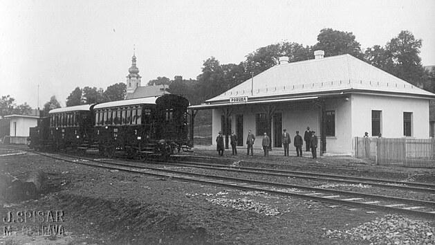Vkm 3,544 byla vybudována stanice Poruba sužitnou délkou dopravních kolejí 2...