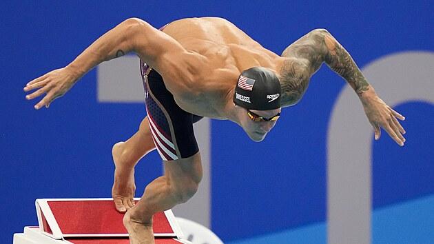 Americkı plavec Caeleb Dressel při startu závodu na 50 metrů kraul.