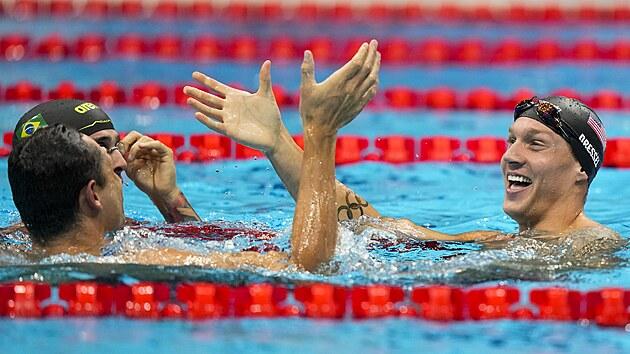 Americkı plavec Caeleb Dressel (vpravo) získal v Tokiu čtvrté zlato. Ovládl i  závod na 50 metrů kraul.