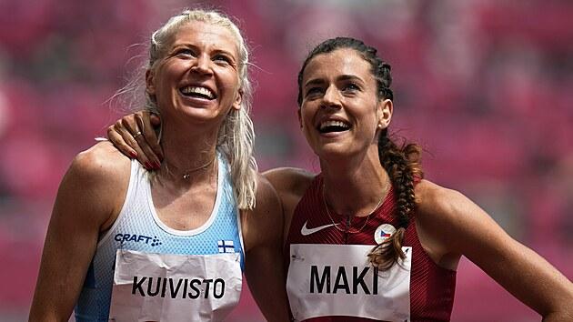Česká mílařka s finskımi kořeny Kristiina Maki se v cíli rozběhu na 1500 metrů objala se Sarou Kuivistovou, reprezentantkou Finska.