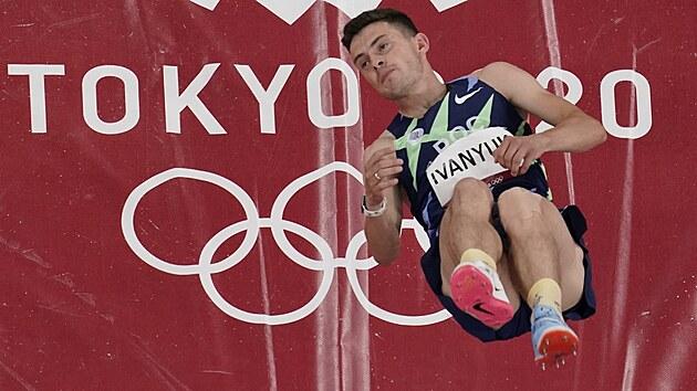 Ruskı atlet Ilya Ivanyuk soutěží ve skoku do vıšky na letních olympijskıch hrách v Tokiu. (1. srpna 2021)