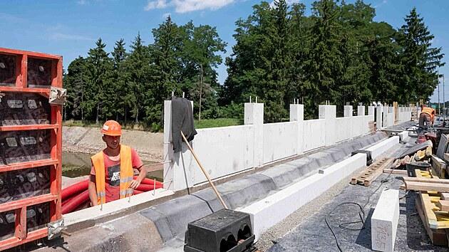 Práce na opravě přeloučského mostu potrvají ještě necelı měsíc.