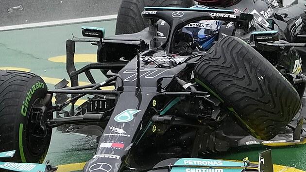 Na Velké ceně Maďarska formule 1 na Hungaroringu se bouralo. Valtteri Bottas z Mercedesu má o kolo méně.