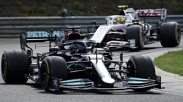 Lewis Hamilton z Mercedesu a Mick Schumacher z Haasu na maďarském Hungaroringu