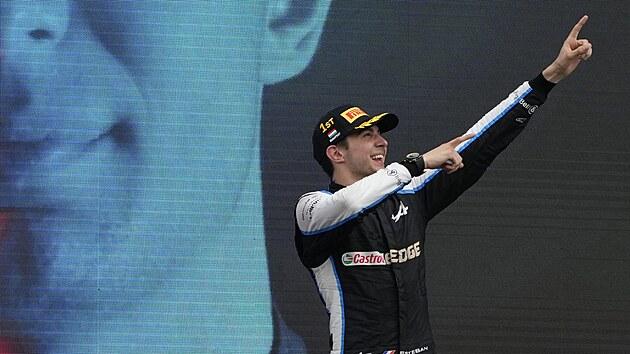 Esteban Ocon z Alpine se raduje z vítězství ve Velké ceně Maďarska formule 1.