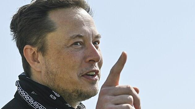 Šéf Tesla Elon Musk na obhlídce staveniště továrny automobilky u Berlína