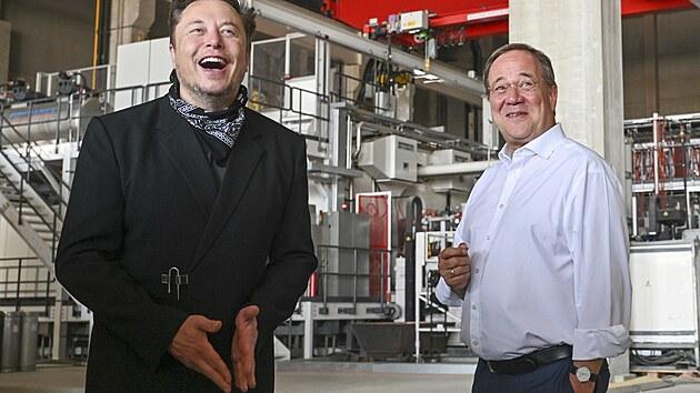 Armin Laschet a Elon Musk na obhlídce stavby továrny Tesla Gigafactory v Gruenheide u Berlína