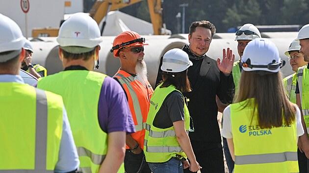 Elon Musk na obhlídce stavby továrny automobilky Tesla u Berlína