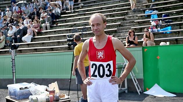 Václav Neužil v roli Emila Zátopka. Na stadionu za Lužánkami napodobili filmaři atmosféru, jakou měl skutečnı Zátopek v Londıně na olympiádě v roce 1948.