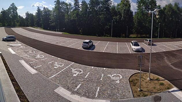 Velké záchytné parkoviště u krajské knihovny v Havlíčkově Brodě nabízí 126 míst. Zatím je však po celé dny prázdné. Například ve středu dopoledne na něm stála pouhá čtyři auta.