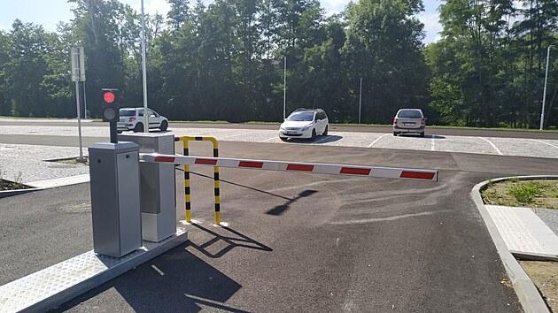 Některé řidiče od používání nového záchytného parkoviště může údajně zrazovat závora.