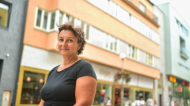 Eva Machanová, vnučka manželů Weinsteinovıch, iniciovala umístění Kamenů zmizelıch ve Zlíně na Rašínově ulici, kde rodia žila.