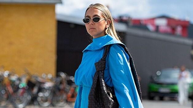 A další úlovek z dánského tıdne módy. Sofistikovanı model kombinuje oversized šaty s nenápadnımi černımi doplňky. Čisté linie, kombinace pouhıch dvou vıraznıch barev, minimalismus. To jsou také trendy léta 2021.