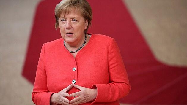Německá kancléřka Angela Merkelová ve svém typickém postoji. (17. července 2020)