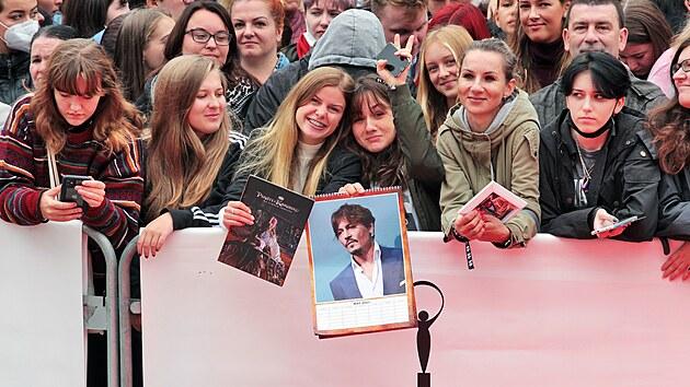 Fanoušci čekají na příjezd Johnnyho Deppa na červenı koberec na karlovarském filmovém festivalu (27. 8. 2021)