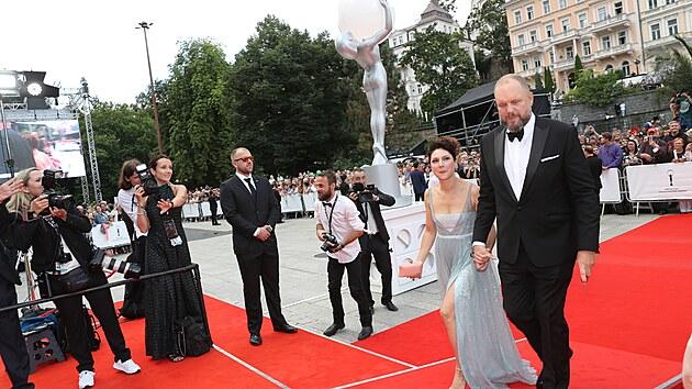 Martha Issová a David Ondříček míří po červeném koberci do hotelu Thermal na zahájení 55. ročníku filmového festivalu (20. srpna 2021).