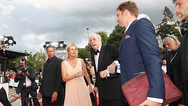 Oscarovı herec Michael Caine míří po červeném koberci do hotelu Thermal na zahájení 55. ročníku filmového festivalu (20. srpna 2021).