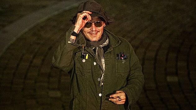 Johnny Depp zdraví před půlnocí fanoušky, někteří na něj před Puppem čekali od sedmé večerní (26. srpna 2021).