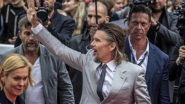 Herec Ethan Hawke na červeném koberci. Do hotelu Thermal dorazil představit novı film Zoufalství a Naděje (27. srpna 2021).