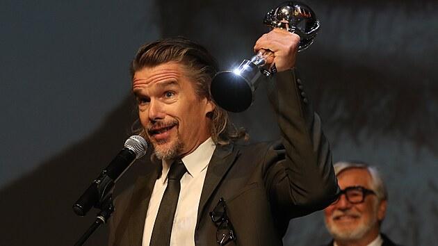 Ethan Hawke přebírá Cenu prezidenta festivalu (28. srpna 2021).