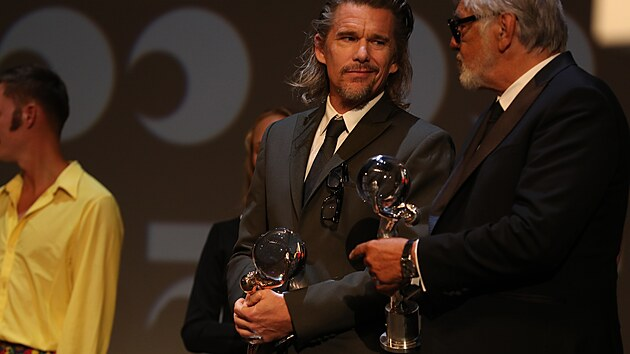 Ethan Hawke přebírá od Jiřího Bartošky Cenu prezidenta festivalu (28. srpna 2021).