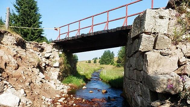 Cyklisty hojně vyhledávanı most nedaleko odPřebuzi je ve velmi špatném technickém stavu.