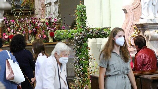 Bazilice nazdobené tisícovkami květů dominuje kříž z mechu.