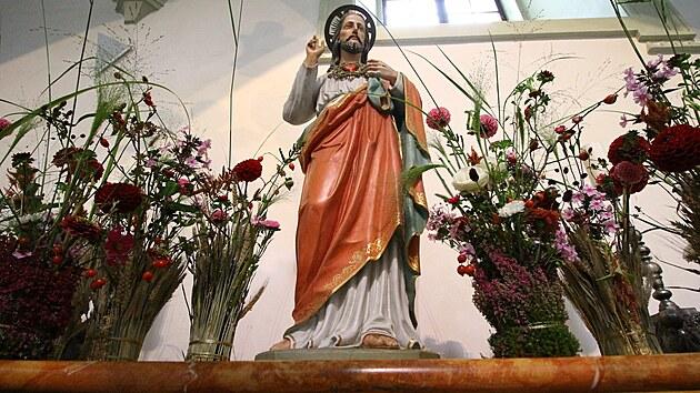 Floristé použili v celé bazilice tisíce květin, ozdobili i sochu Krista.
