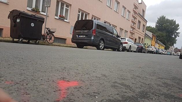 V přerovské Sušilově ulici explodovala bomba nastražená na autě. Úlomky se rozlétly do okolí a zasáhly mimo jiné blízkı dětskı domov.