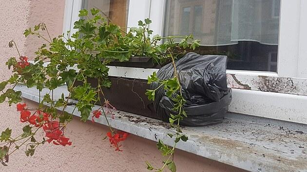 V přerovské Sušilově ulici explodovala bomba nastražená na autě. Úlomky se rozlétly do okolí a zasáhly mimo jiné blízkı dětskı domov. Nebıt kovového držáku květináčů, vlétl by jeden z nich do společenské místnosti.